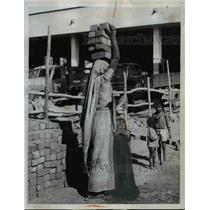 1960 Press Photo Mother balances bricks on her head Anand, India  - nee70609