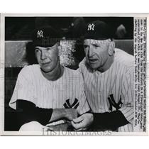 1951 Press Photo New Yankee Bob Kuzava meets manager CAsey Stengel - nes32699