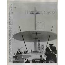 1952 Press Photo Mounted Policeman Looks on as orkmen erected Pizza Pio XII