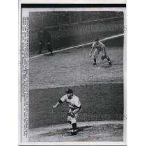 1954 Press Photo Indians Early Wynn fires ball to Yankee batter in New York