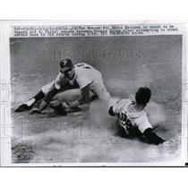 1963 Press Photo Braves Eddie Matthews about to be tagged out by Phils Rojas