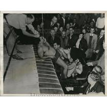 1938 Press Photo Vincent Lopez out of wrestling ring vs Chief Little Wolf