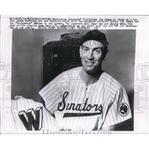 1959 Press Photo Senators outfielder Jim Lemon& new style uniform shirt