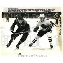 1981 Press Photo Canucks Brent Ashton vs Black Hawks Bob Murray at Chicago