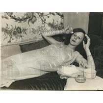 1926 Press Photo Hazel Hurd Applies Beauty Treatment