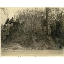 1934 Press Photo Police Search Woods for Bodies of Murdered Oklahoma Family