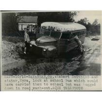 1947 Press Photo Robert & Myra Smith Looking at Bus Bogged Down in Mud Savannah