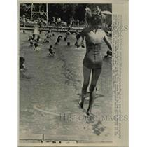 1962 Press Photo San Antonio, TX: girl jumping into water - nee74454