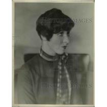 1926 Press Photo Elsie Straight windblown bob hairstyle displayed