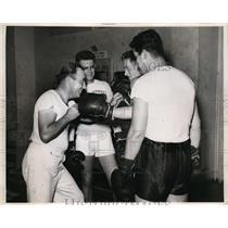 1943 Press Photo Jimmy Kreage trains boxers John Karaine,Sam Adams.Al Parker