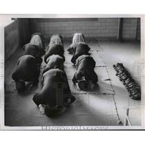 1955 Press Photo Muslims that are Turkish Soldiers at US Navy Base Praying