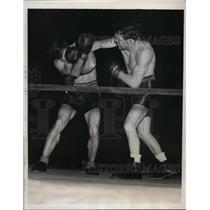 1939 Press Photo Lous Ambers versus Paul Junior in bout at Boston Massachusets