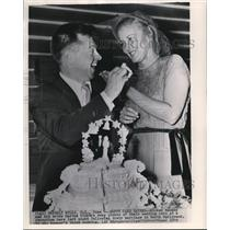 1949 Wire Photo Actor Mickey Rooney with his bride, Martha Vickers - cvw06519