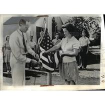 1942 Press Photo Betsy Ross helps Horace M Jones with flag, Amherst, Mass.