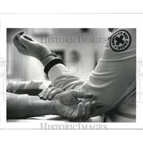 1985 Press Photo American Red Cross Nurse taking blood pressure & pulse