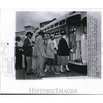 1956 Wire Photo The white and bus passengers board a public transit - cvw09968