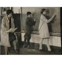 1927 Press Photo Mrs. Ellen Gaylord with her students Edward Levy and V. Tyler