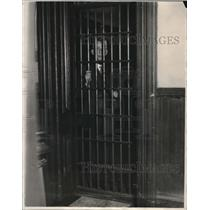 1927 Press Photo Sheriff Hanratty on the inside looking out at county jail