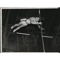 1933 Press Photo Ike Lennington Illinois pole vaulter at Chicago meet