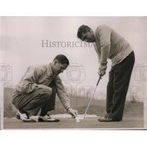 1937 Press Photo Byron Nelson and Raymond A Gaul pro golfers on a green