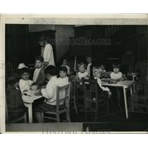 1931 Press Photo Students Eating at Beacon Hill School Lunch Room