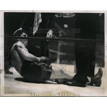 1938 Press Photo Enrico Venturi Italian boxer down vs Henry Armstrong in NYC