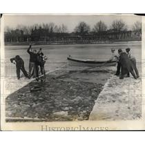 1927 Press Photo workers clear ice from Newell Boat House for Harvard crew