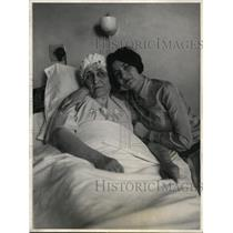 1927 Press Photo Senora Natalia Calles & Senorita Alicia Calles at her bedside