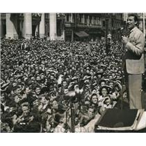 1943 Press Photo Actor Walter Pidgeon at Victory Center & crowds of fans