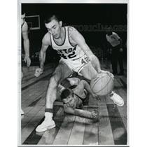 1962 Press Photo Mark Reiner vs Tom Hatton of Dayton basketball - nes41137