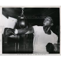 1951 Press Photo Lt heavyweight Ike Williams trains for bout vs James Carter