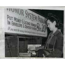 1944 Press Photo Motorist Kae McCulloch Deposits Fee For Parking in Cigar Box