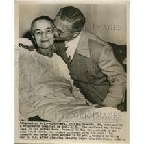 1947 Press Photo Mrs. Ottilie Schmidt With His Son At Bringhemton Hospital