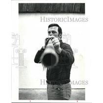 1986 Press Photo Roger Lucas, demonstrates the art of Blowgun shooting