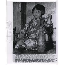 1957 Wire Photo Kimono clad Yoriko Sakai - cvw06404