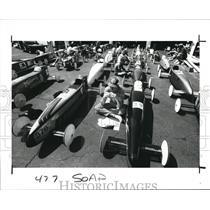 1989 Press Photo Bryan Wittner eats at the side of his car - cva77654