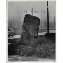 1976 Press Photo 10-ton Rock at Valley View in Ohio - cvb04137