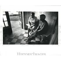 1985 Press Photo Yvonne Watkins and Shiela Davis talk about the possible