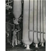 1944 Wire Photo The Joseph E.Seagram and Sons Co.'s Cooker Operator - cvw08931