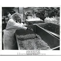 1988 Press Photo Barbra Feskanich, mixes salads at Sandridge Gourmet Salads