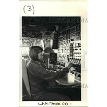1990 Press Photo David Clevenger sits at the flight engineer's station