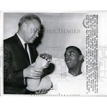 1967 Press Photo Bill Robinson of Yankees & VP general manager Leo McPhail