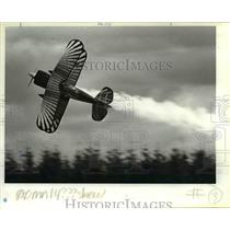 1995 Press Photo Ted Anderson, wows the crowd as he pilots biplane with smoke