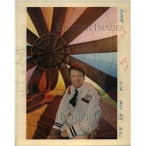 1986 Press Photo Stan Turel enjoys piloting his hot air balloon - ora91119