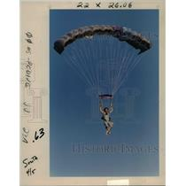 1990 Press Photo Liz Davidson sky dives to Skydive Oregon's field - orb48700