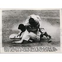 1949 Press Photo Gene Woodling of Yankees at 2nd vs Indians Ray Boone