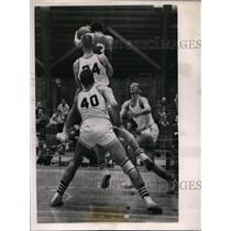1957 Press Photo Union College Larry Robertson, Arnie Lewis vs Hobart's B Wetzel