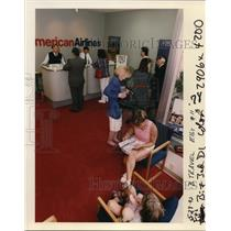 1992 Press Photo Ticket buyers in American Airlines office Pacwest Center