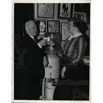 1936 Press Photo LE Belmeyer & Mary Casey at an art exhibit