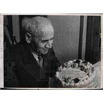 1941 Press Photo Sayeo Mehrem with Birthday Cake on 130th Birthday of Chicago